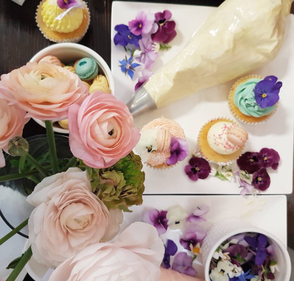 Making our own cupcakes with Cake & Co and decorating them with edible flowers, at Postie + kids clothing media showcase today in Grey Lynn. A pleasure to see so many gorgeous mums